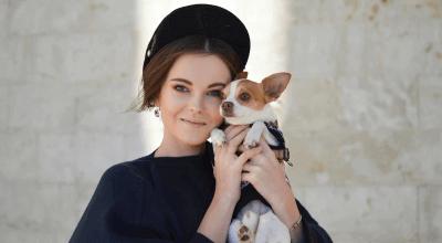 Article thumbnail - woman holding dog
